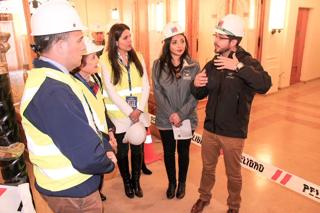 Autoridades regionales visitando la obra.